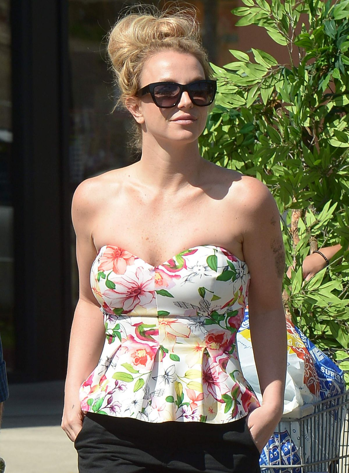 BRITNEY SPEARS Shopping at Hobby Lobby in Los Angeles 02/29/2016