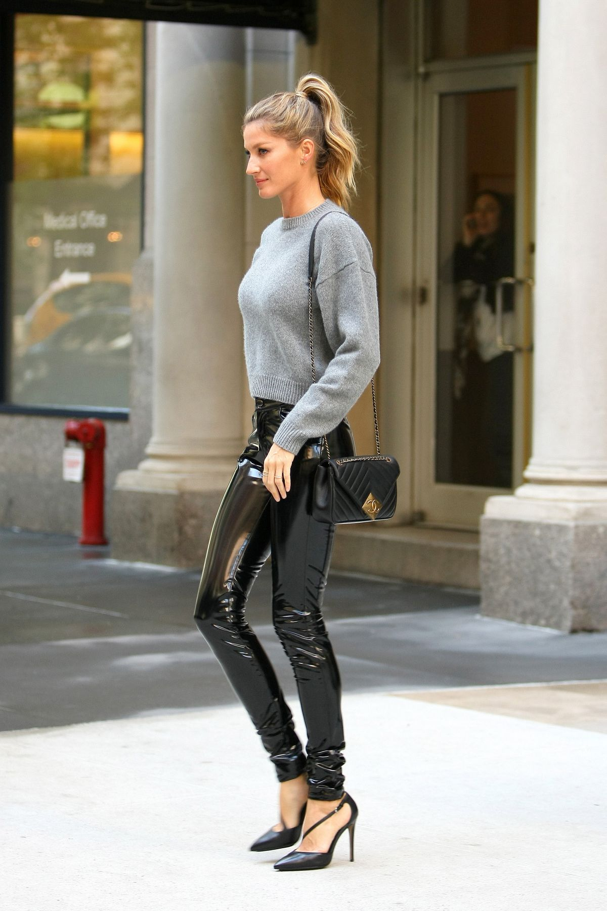 GISELE BUNDCHEN Leaves Her Apartment in New York 04/27 ... Gisele Bundchen