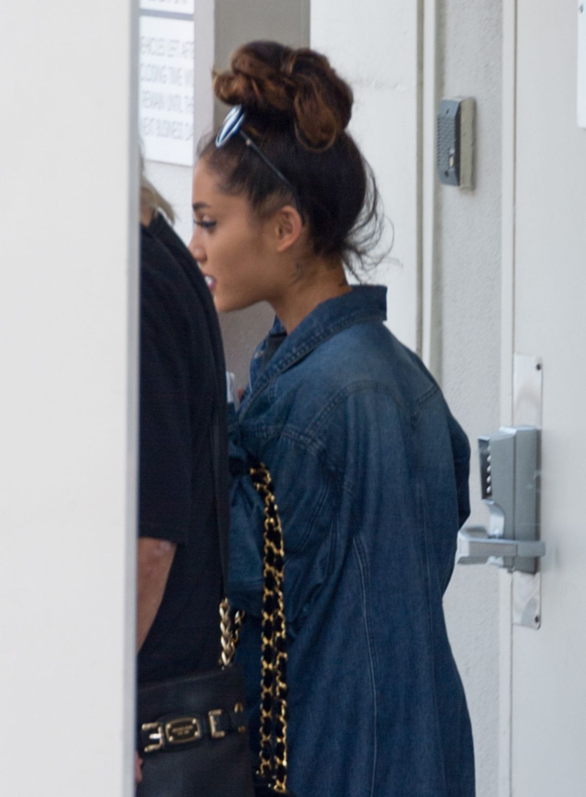 ARIANA GRANDE Leave a Dermatologist in Beverly Hills 05/03