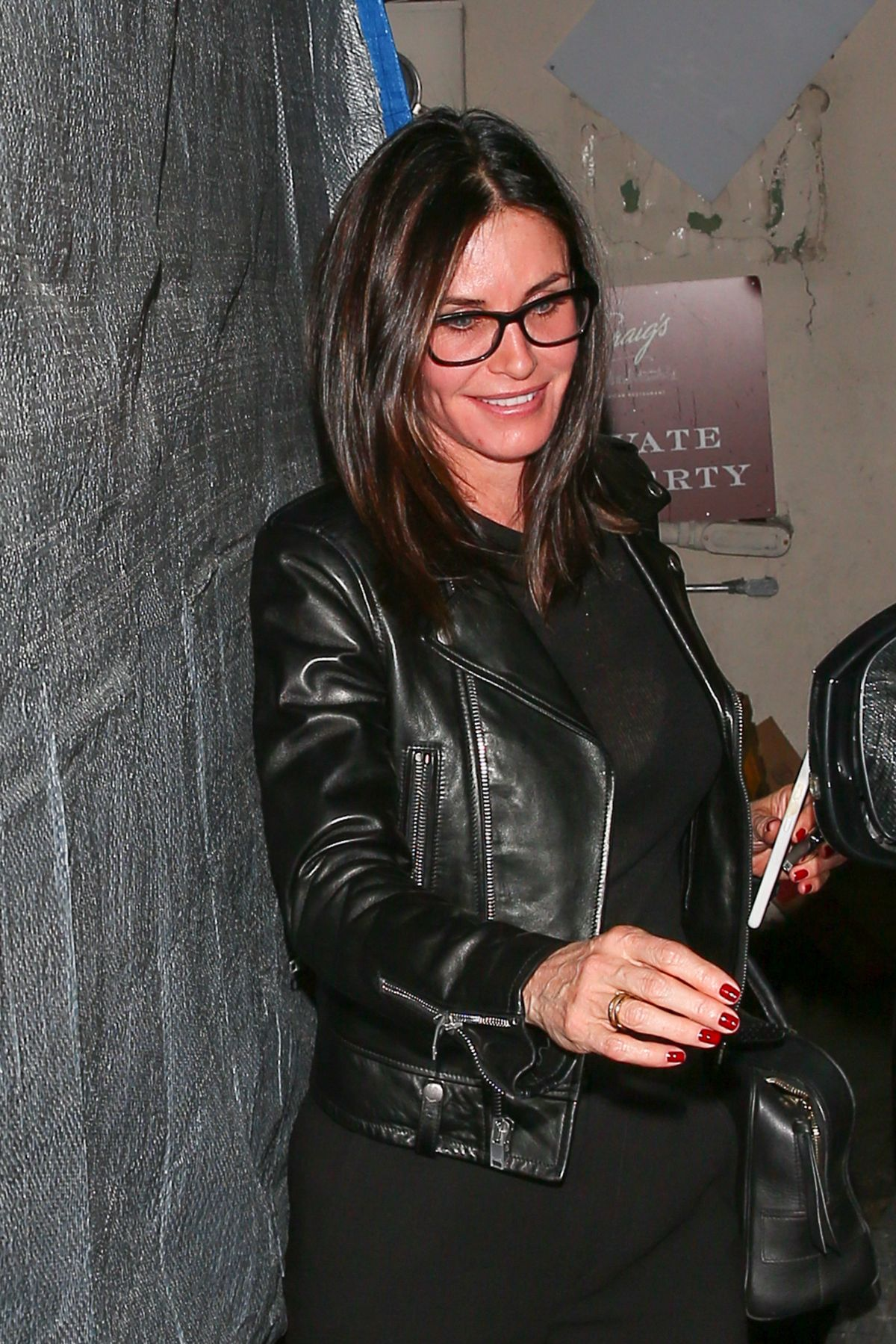 Courteney cox leaves craig 39 s restaurant in west hollywood for Cox at home
