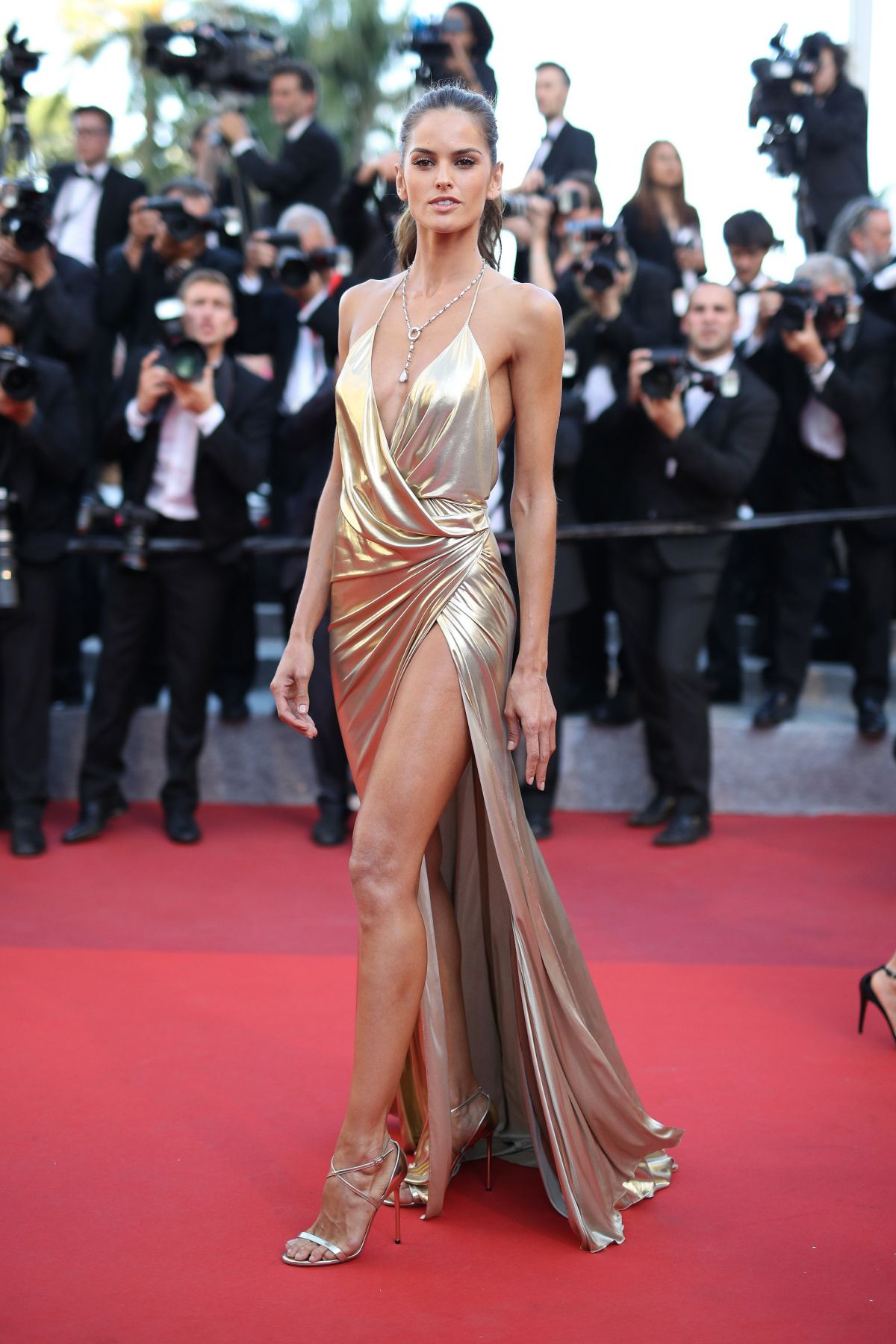 IZABEL GOULART at