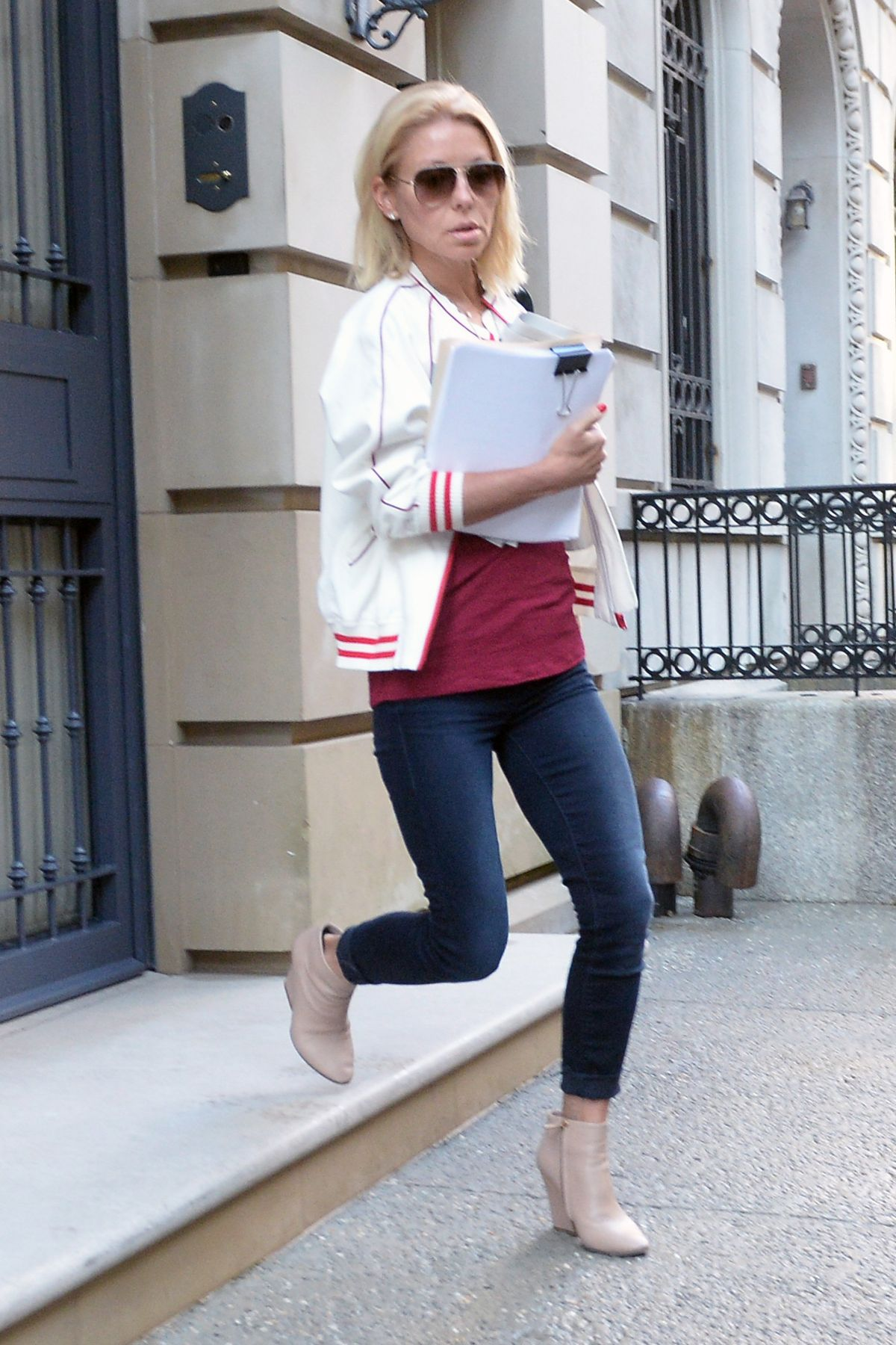 Kelly Ripa Leaves Her Apartment In New York 05 12 2017
