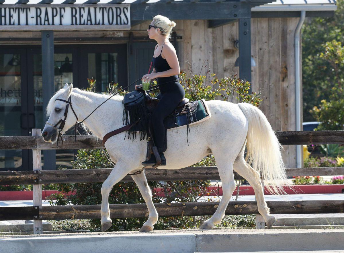 lady-gaga-on-a-horse-ride-in-malibu-05-2