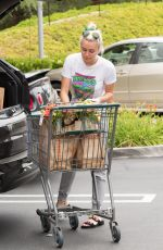 MILEY CYRUS Shopping in Los Angeles 05/09/2016