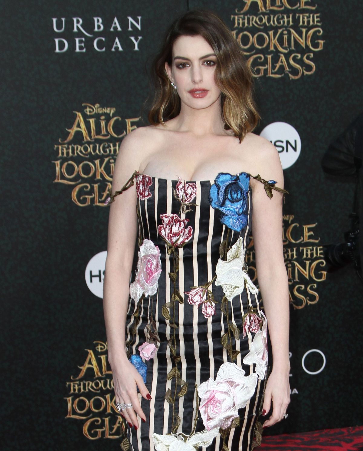 Anne Hathaway At The Hustle Premiere In Hollywood: Pregnant ANNE HATHAWAY At Alice Through The Looking Glass