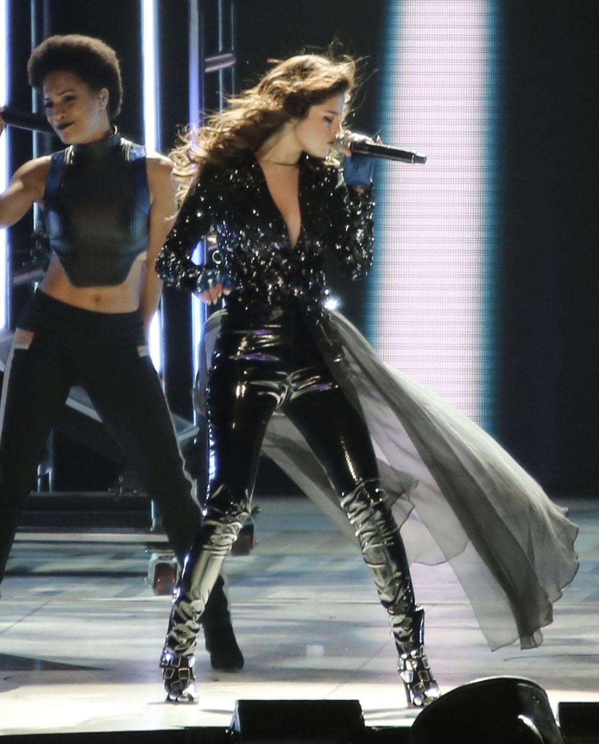 Selena Gomez House Tour: SELENA GOMEZ Performs At Revival World Tour In Vancouver