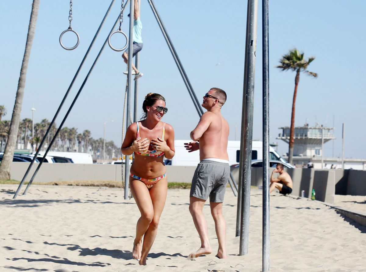 danielle lloyd in bikini exercising at venice beach 06 16. Black Bedroom Furniture Sets. Home Design Ideas