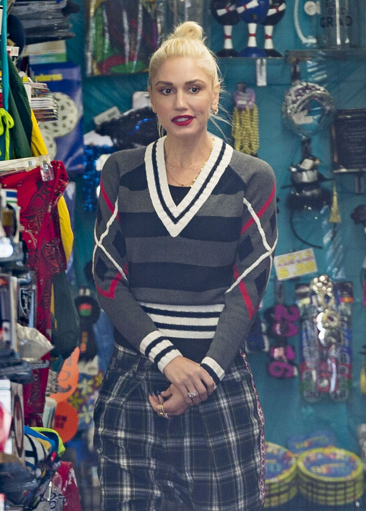GWEN STEFANI Shopping at Aahs Gift Store in West Hollywood 06/16/2016