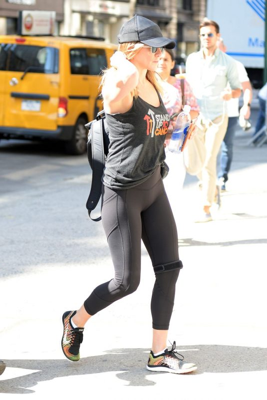 jennifer-aniston-heading-to-a-gym-in-new