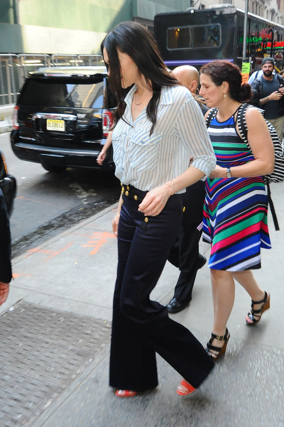 Laura Prepon Arrives At Good Morning America In New York 06 20 Images, Photos, Reviews