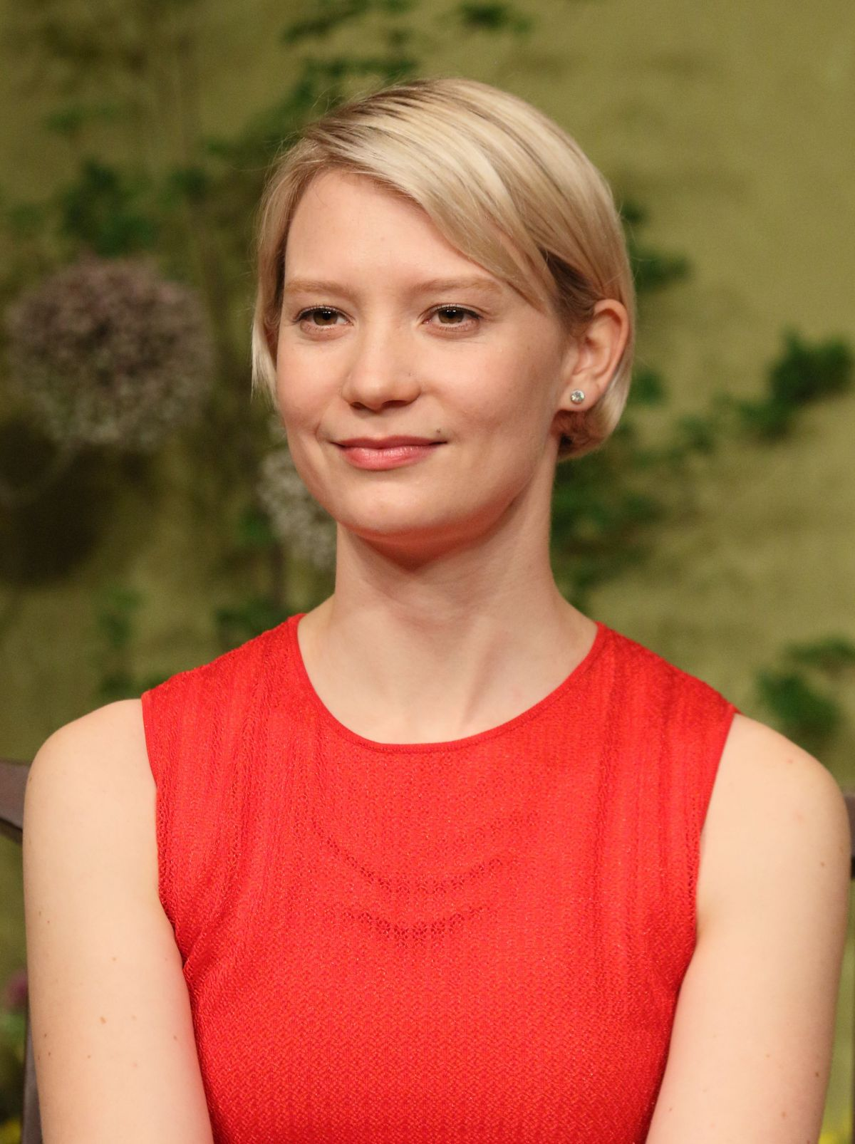 Mia At The 2016 Fashion Prom Dress Promo: MIA WASIKOWSKA At Alice Through The Looking Glass Press