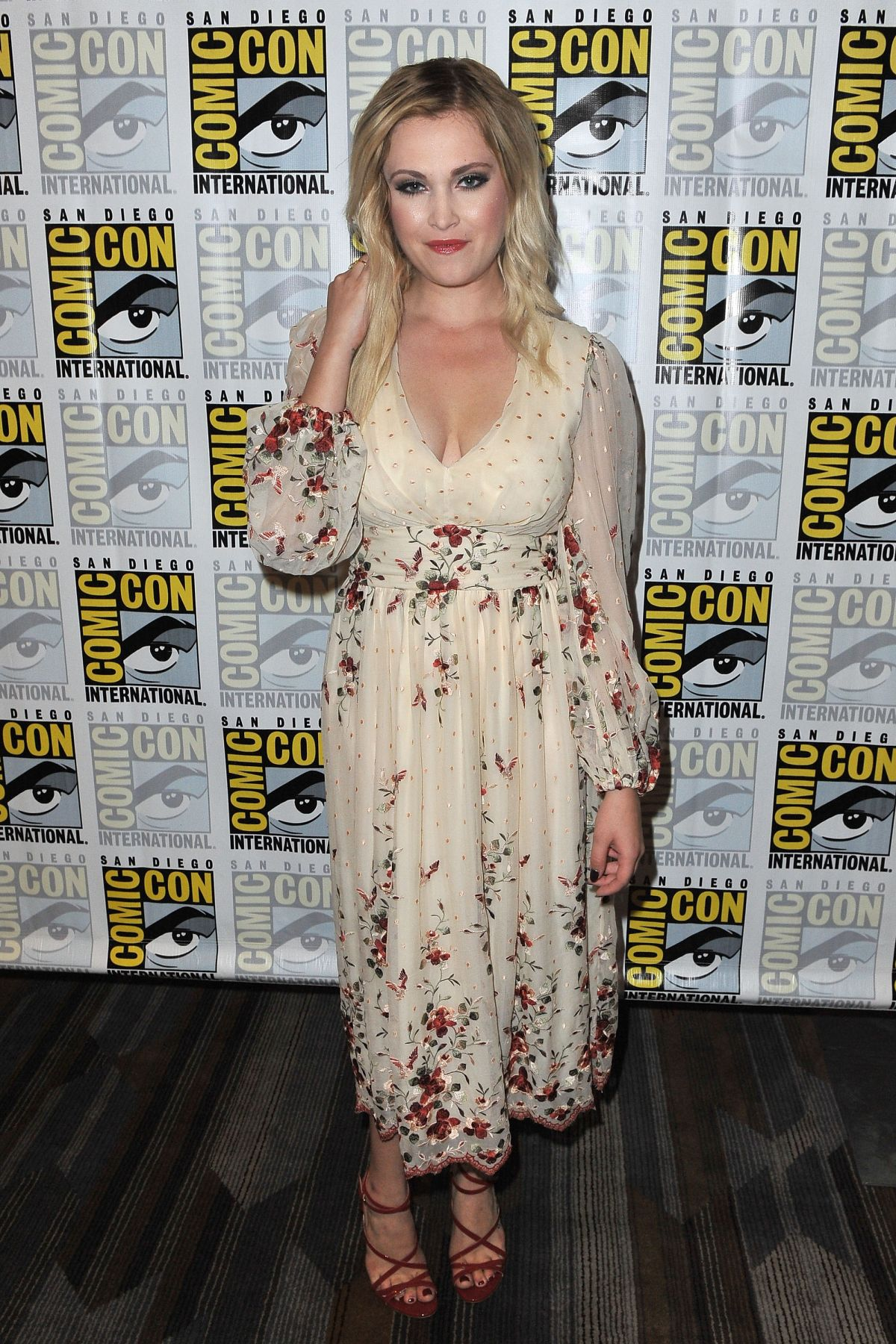http://www.hawtcelebs.com/wp-content/uploads/2016/07/eliza-taylor-at-the-100-press-line-at-comic-con-in-san-diego-07-22-2016_12.jpg