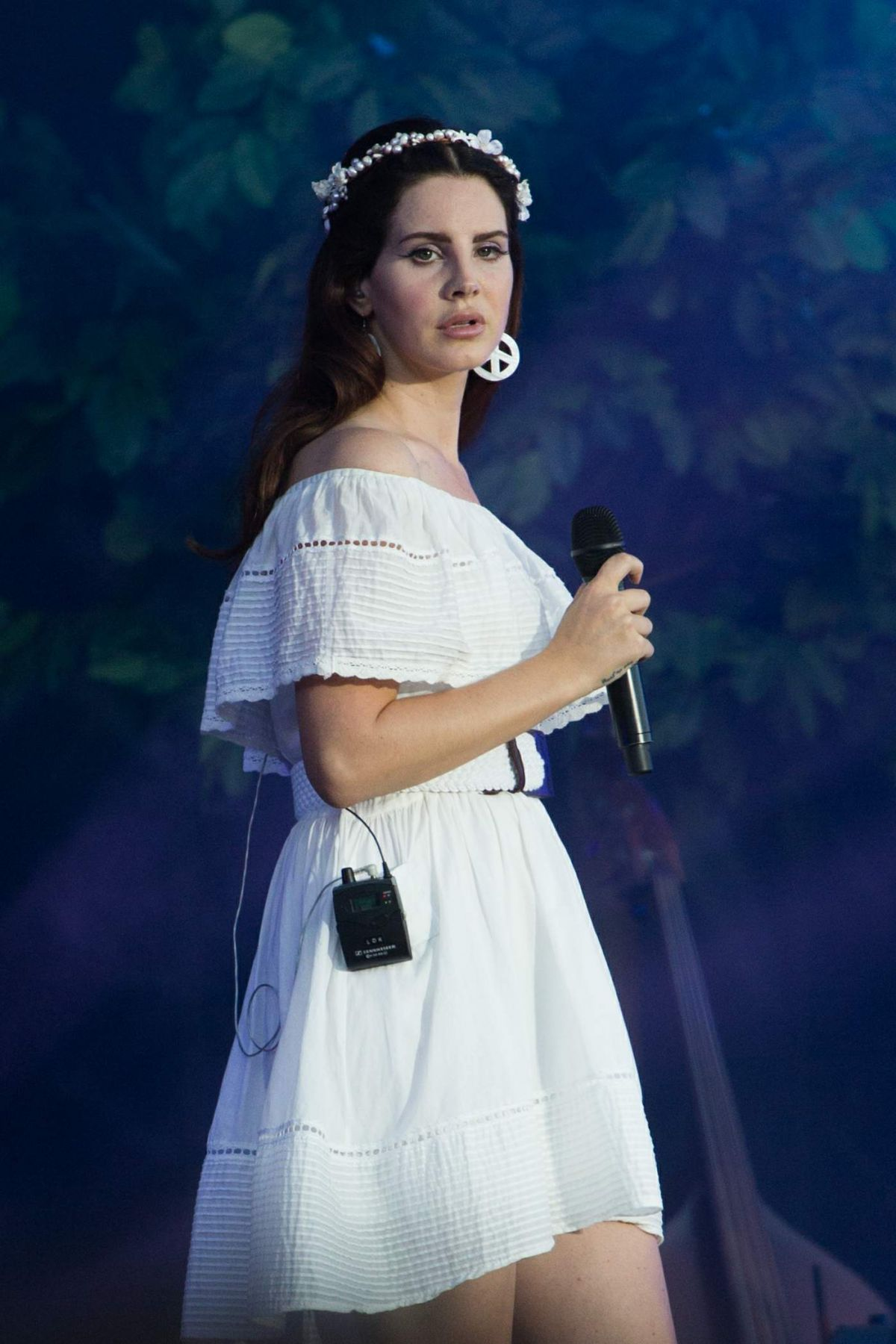 lana-del-rey-performs-live-at-les-vieill