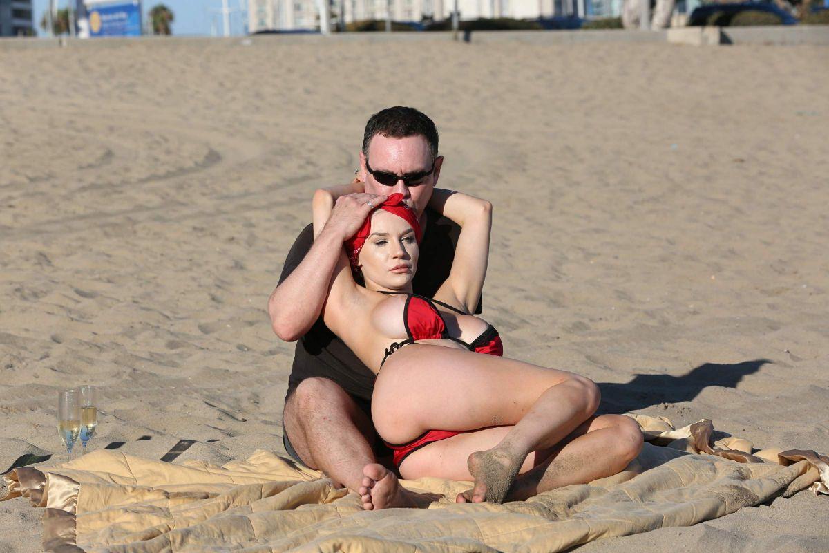 Большая грудь на пляже улыбнулась