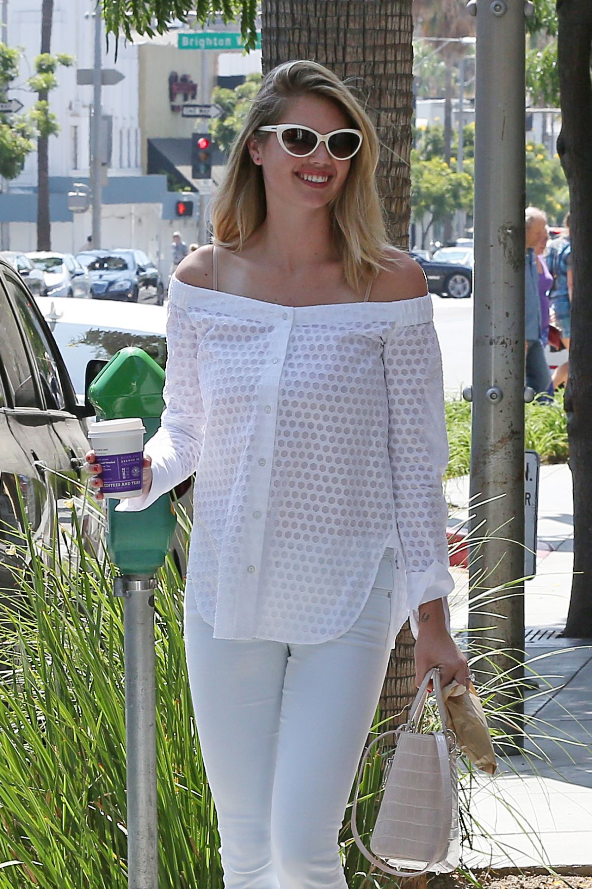 KATE UPTON Leaves Coffee Been & Tea Leaf in Beverly Hills 08/11/2016