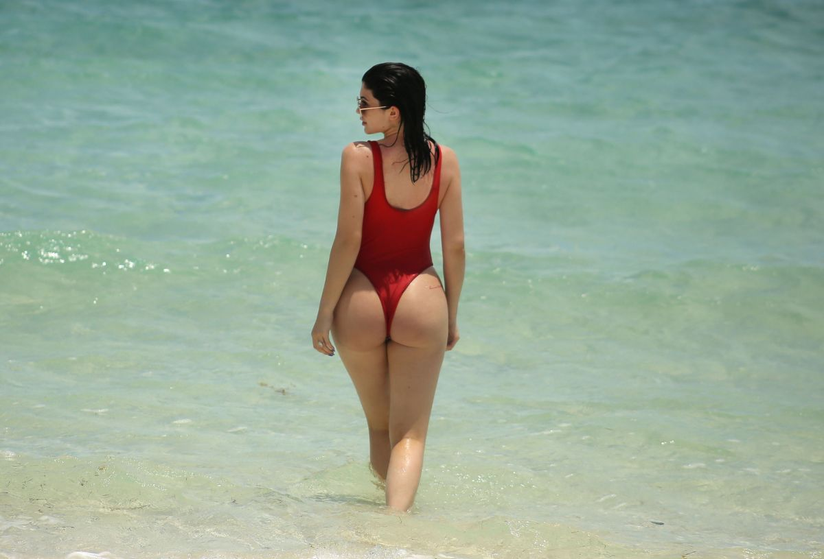 Kylie jenner beach new images