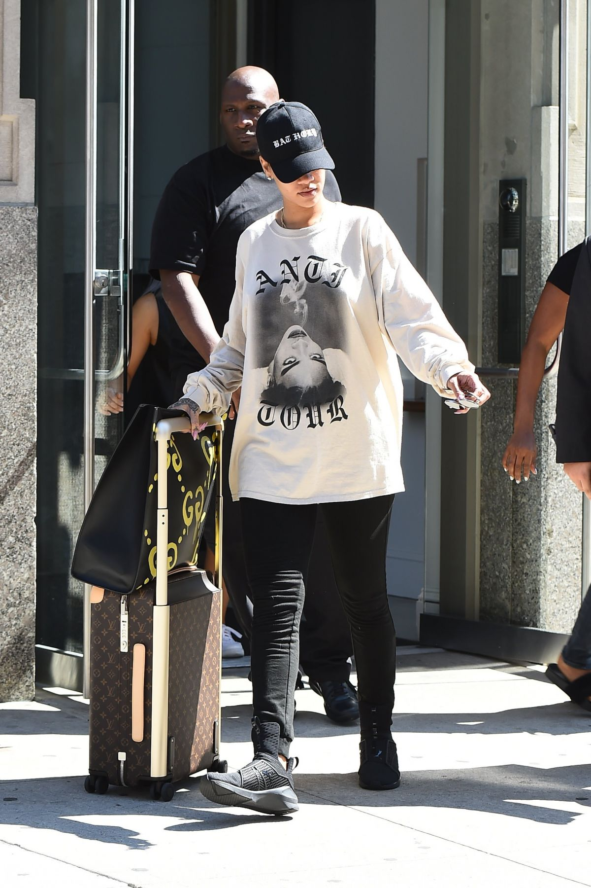 Rihanna Leaves Her Apartment In New York 08 28 2017