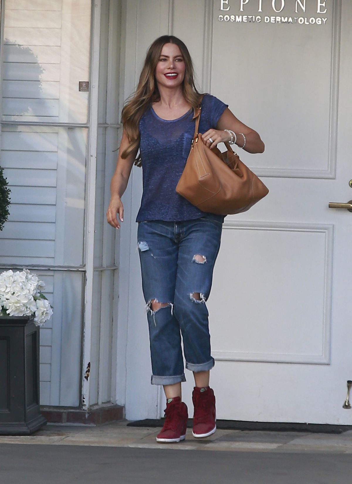 sofia-vergara-leaves-epione-cosmetic-clinic-in-los-angeles