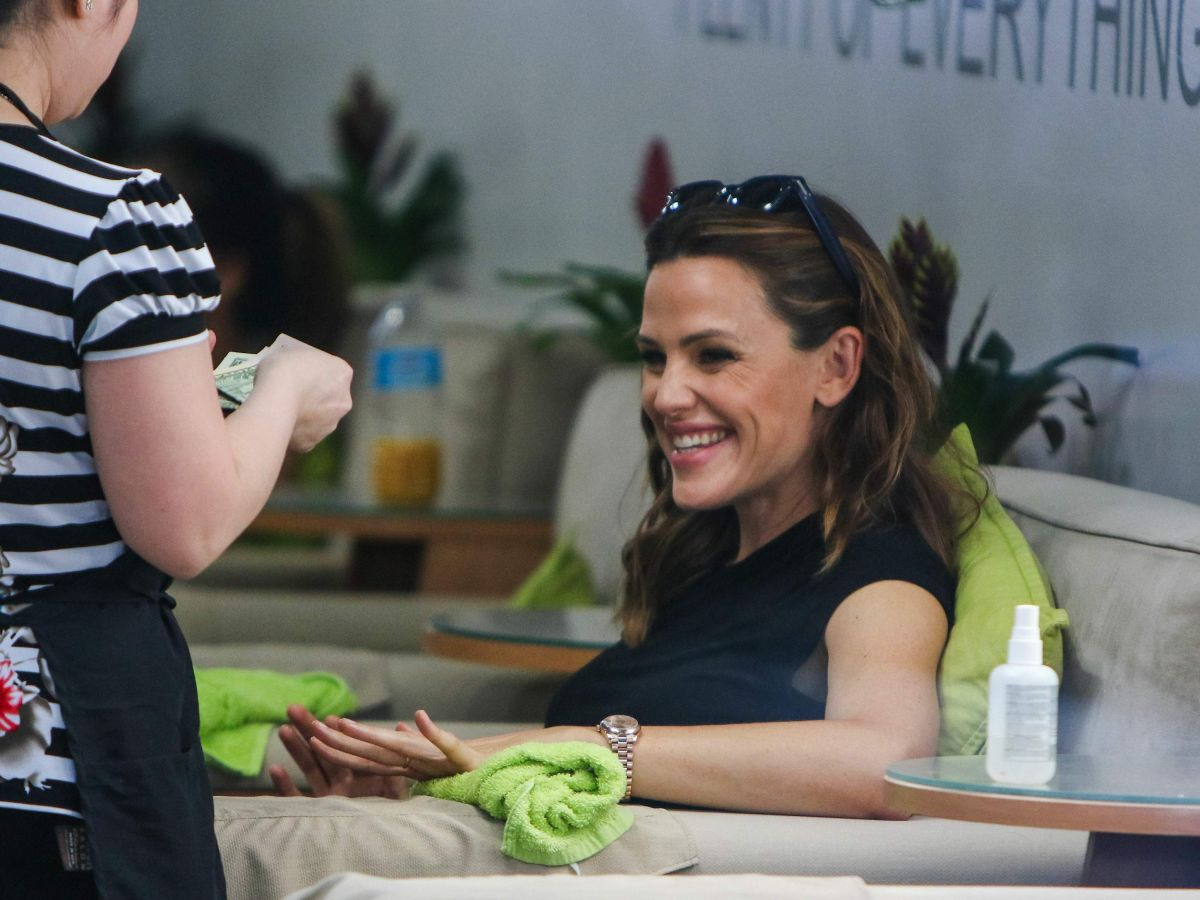 JENNIFER GARNER at a Nail Salon in Los Angeles 09/26/2016