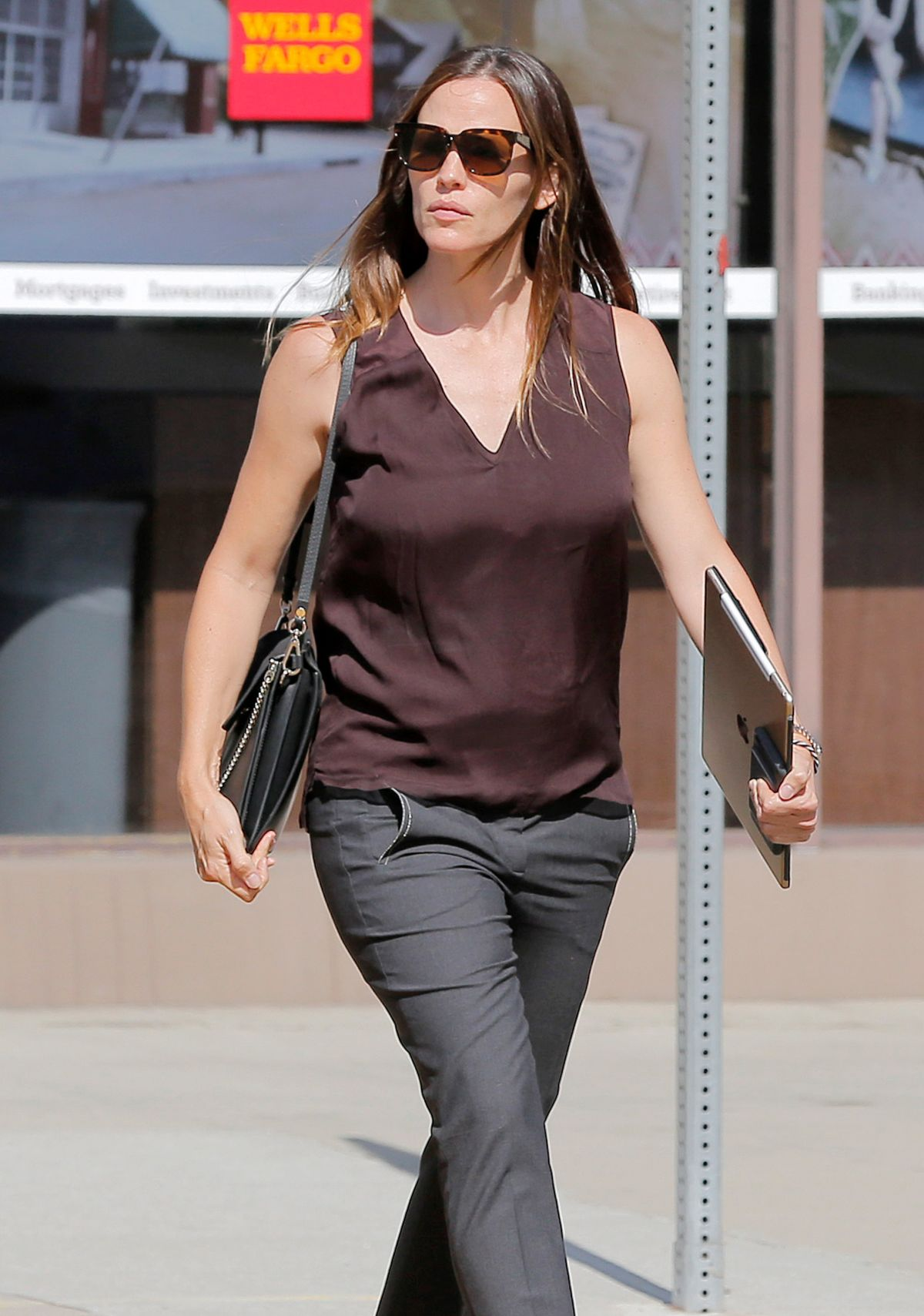 JENNIFER GARNER  Out and About in Santa Monica 09/08/2016