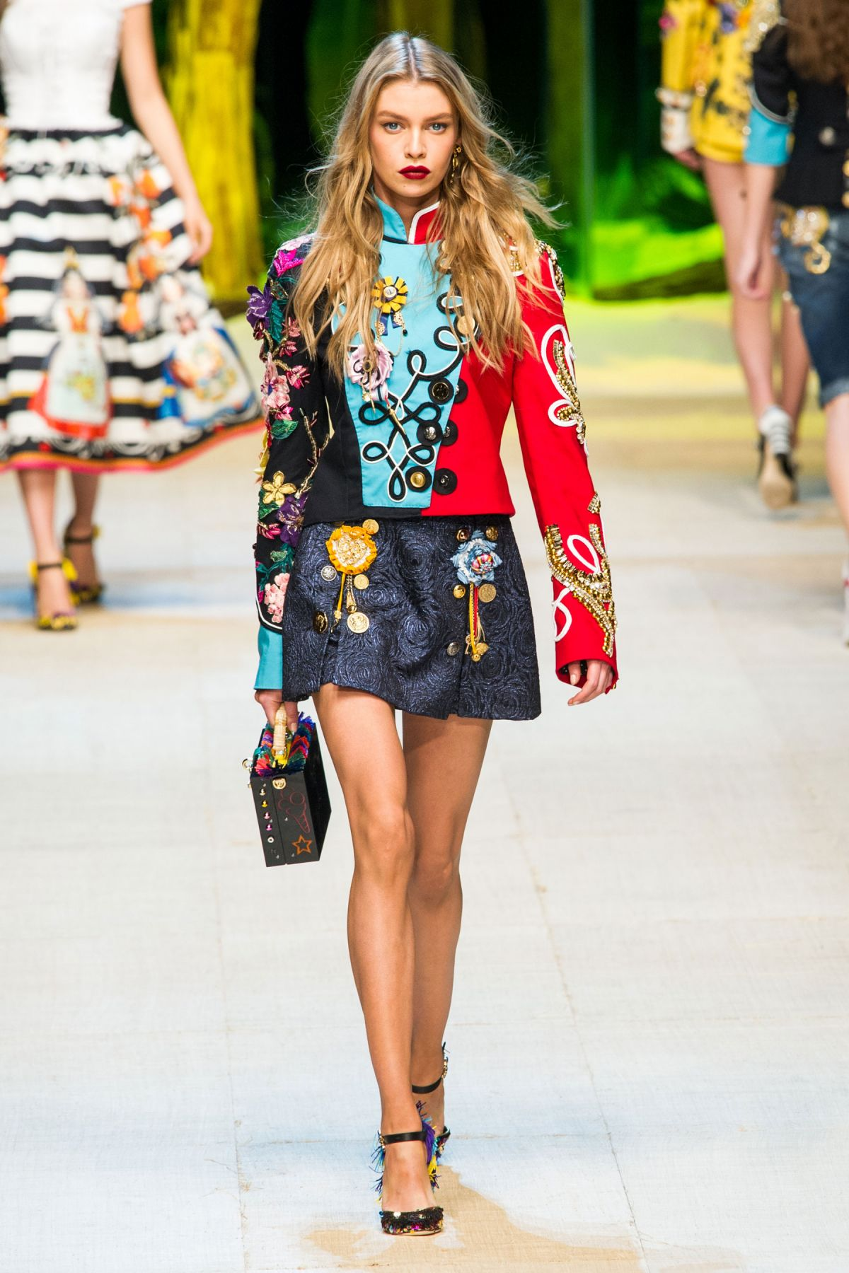 Stella maxwell on the runway at dolce gabbana spring for Runway fashion show video