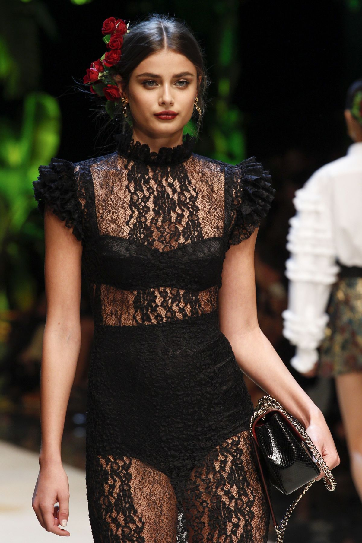 | Projets de LeviSmith | - Page 2 Taylor-hill-on-the-runway-at-dolce-gabbana-fashion-show-at-milan-fashion-week-09-25-2016_1