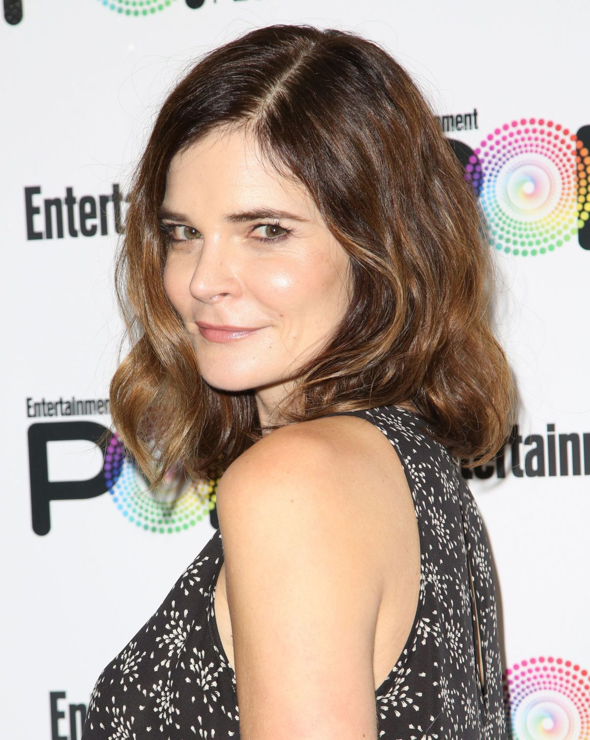 betsy brandt at entertainment weekly popfest in los angeles 10 29 2016 hawtcelebs. Black Bedroom Furniture Sets. Home Design Ideas