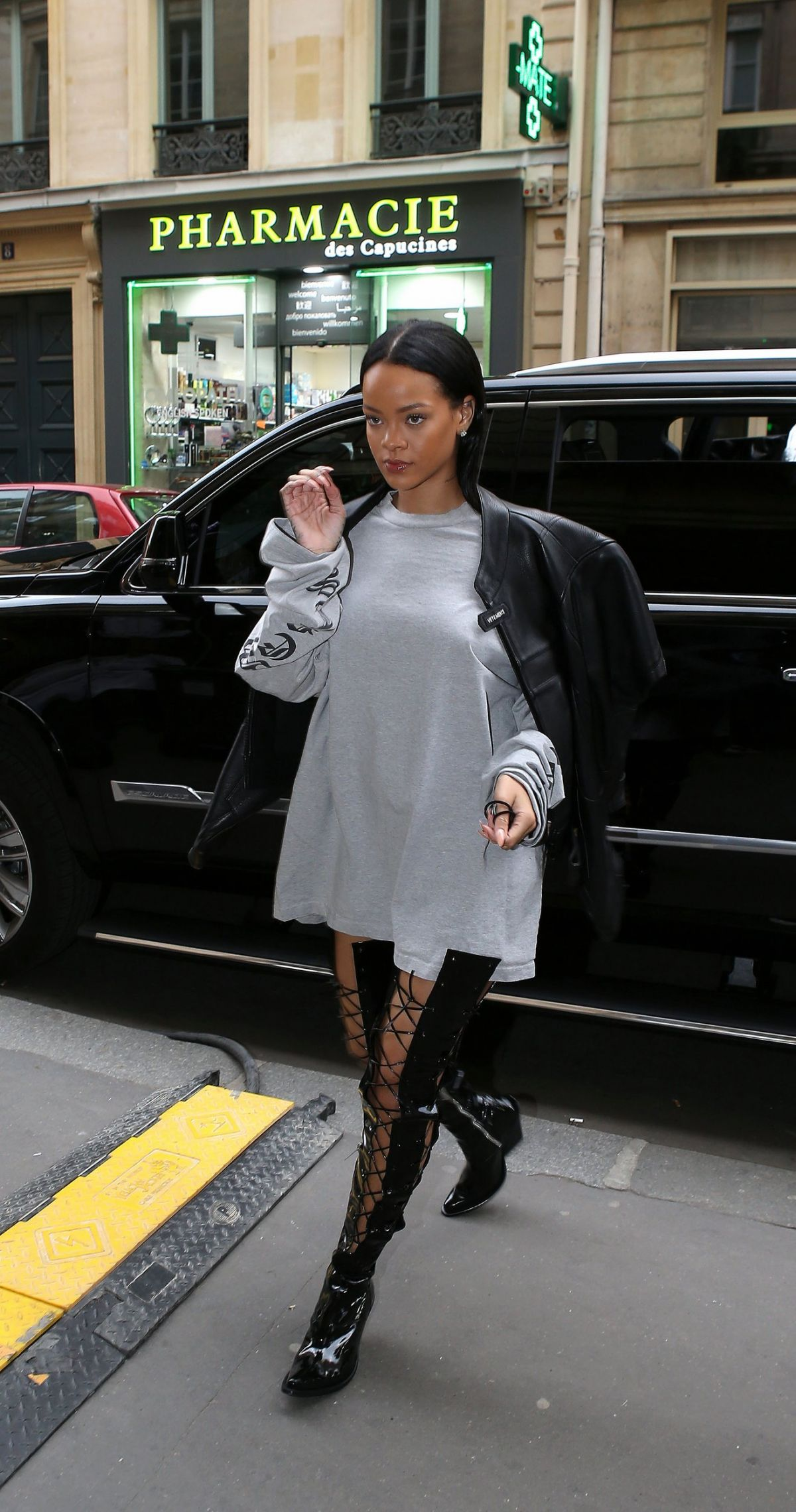 RIHANNA Arrives on the Set of a Photoshoot in Paris 10/02/2016