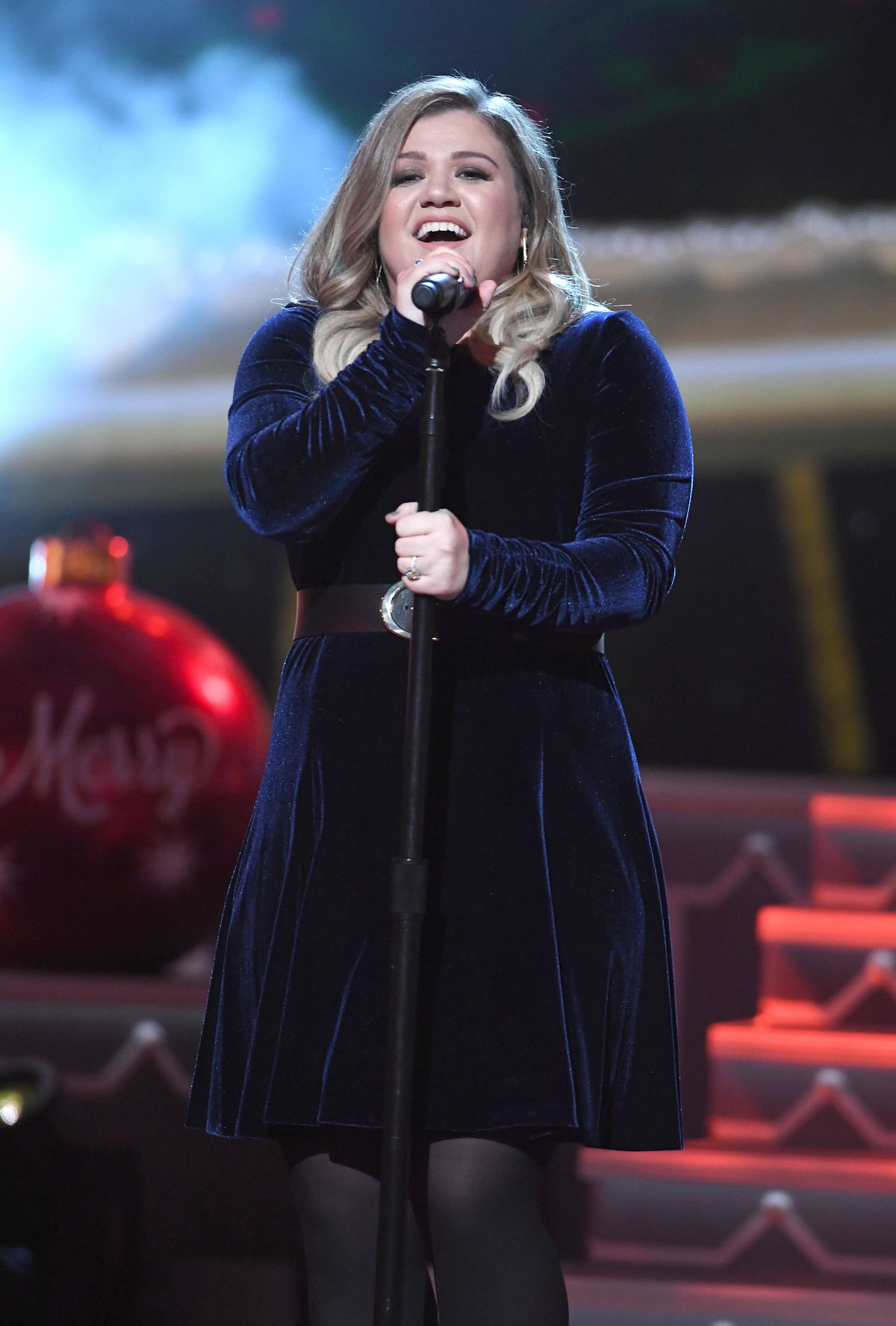 KELLY CLARKSON Performs at CMA 2016 Country Christmas in Nashville 11/08/2016 – HawtCelebs