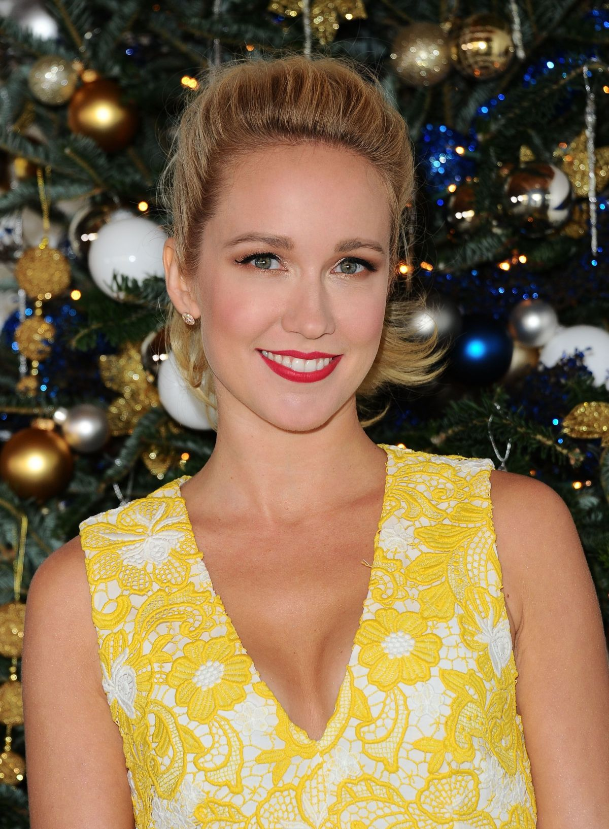 ANNA CAMP Prepares for Christmas in Los Angeles 12/09/2016 ...
