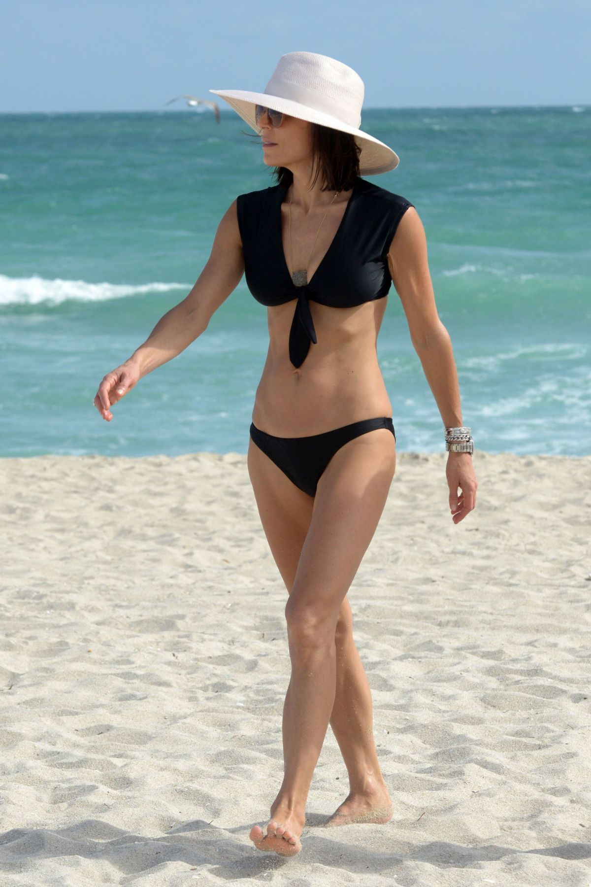 BETHENNY FRANKEL in Bikini on the Beach in Miami 12/05/2016   bethenny-frankel-in-bikini-on-the-beach-in-miami-12-05-2016_50