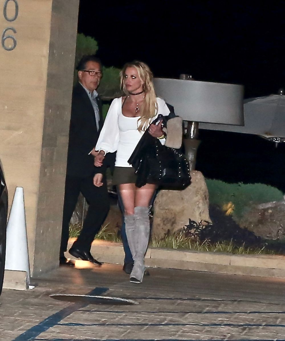BRITNEY SPEARS Leaves Her Home 12/07/2016