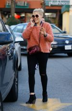 BUSY PHILIPPS Shopping for Grocery in West Hollywood 12/22/2016