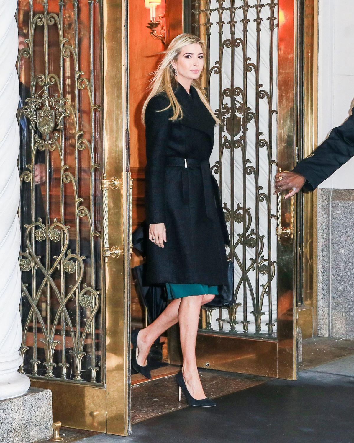 IVANKA TRUMP Leaves Her Apartment in New York 01/11/2017 ...