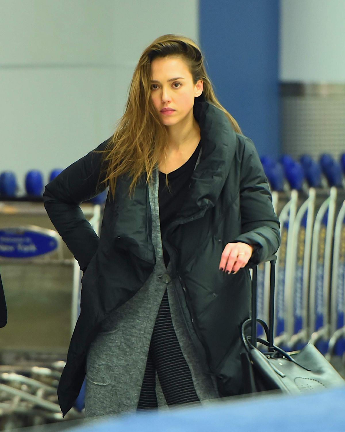 http://www.hawtcelebs.com/wp-content/uploads/2017/01/jessica-alba-at-jfk-airport-in-new-york-01-22-2017_5.jpg