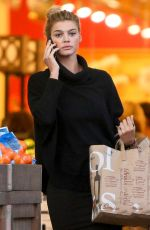 KELLY ROHRBACH Shopping at Bristol Farms in Beverly Hills 01/06/2017