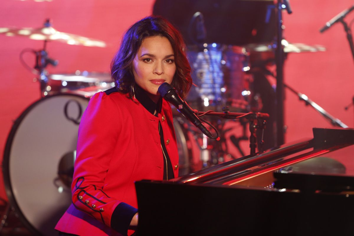 NORAH JONES Performs on Jimmy Kimmel Live 02/08/2017