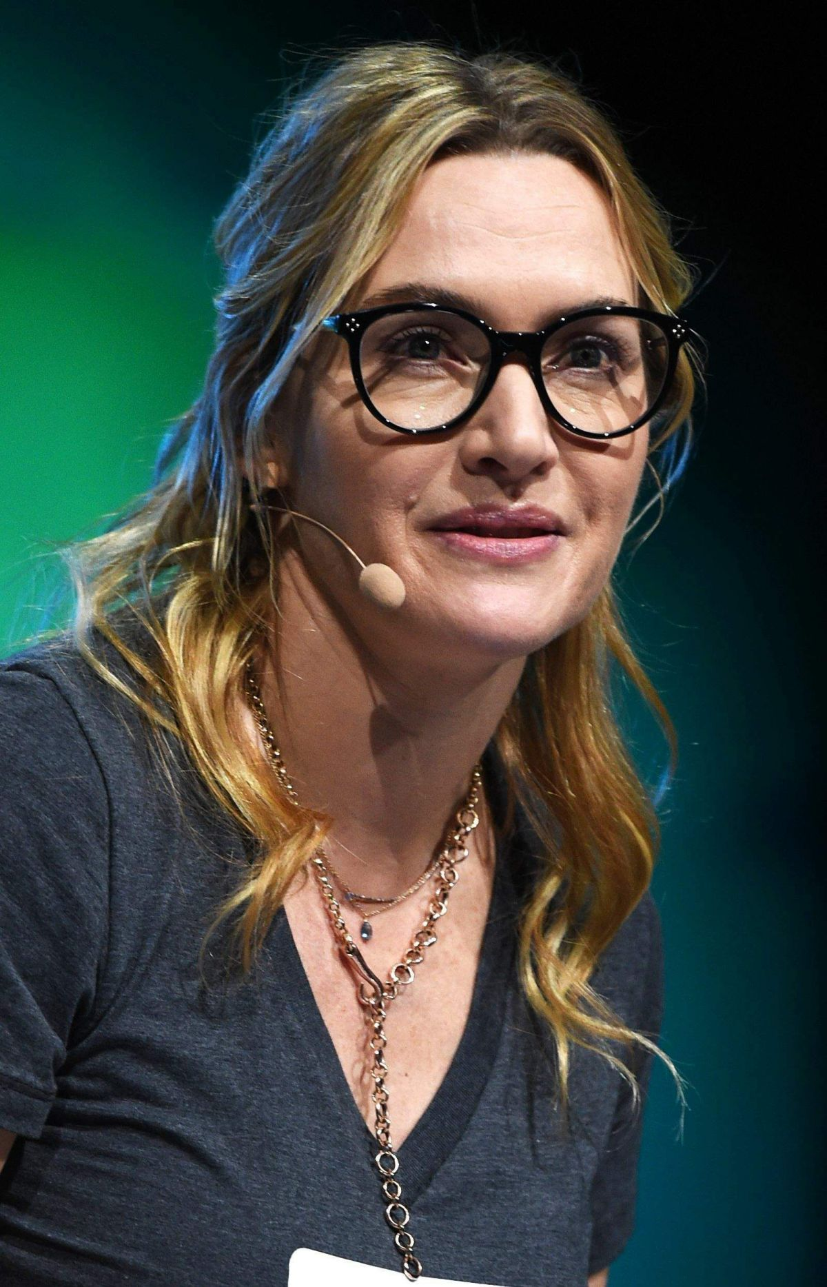KATE WINSLET Performs ...