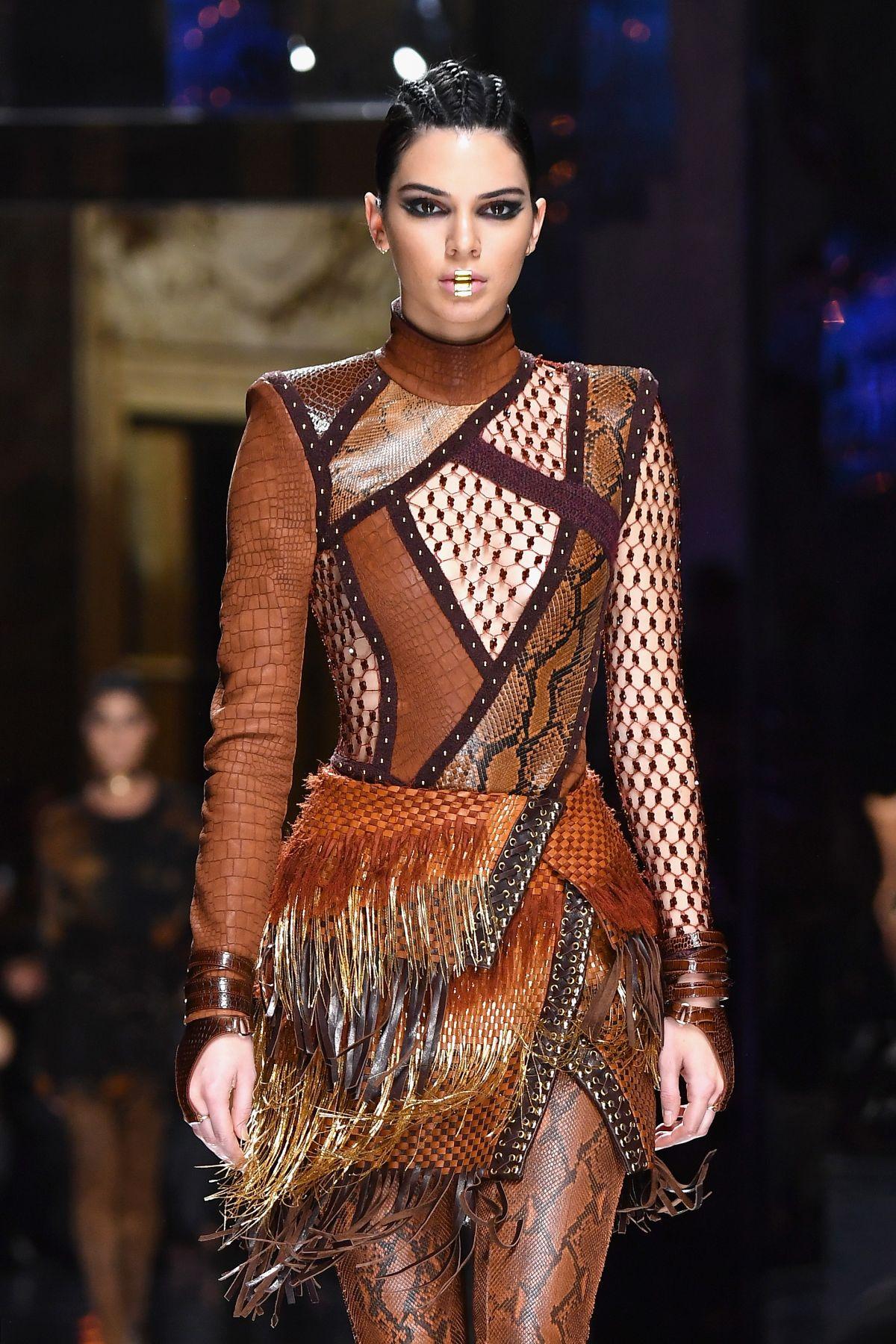 Kendall jenner at balmain fashion show at paris fashion for Show a paris