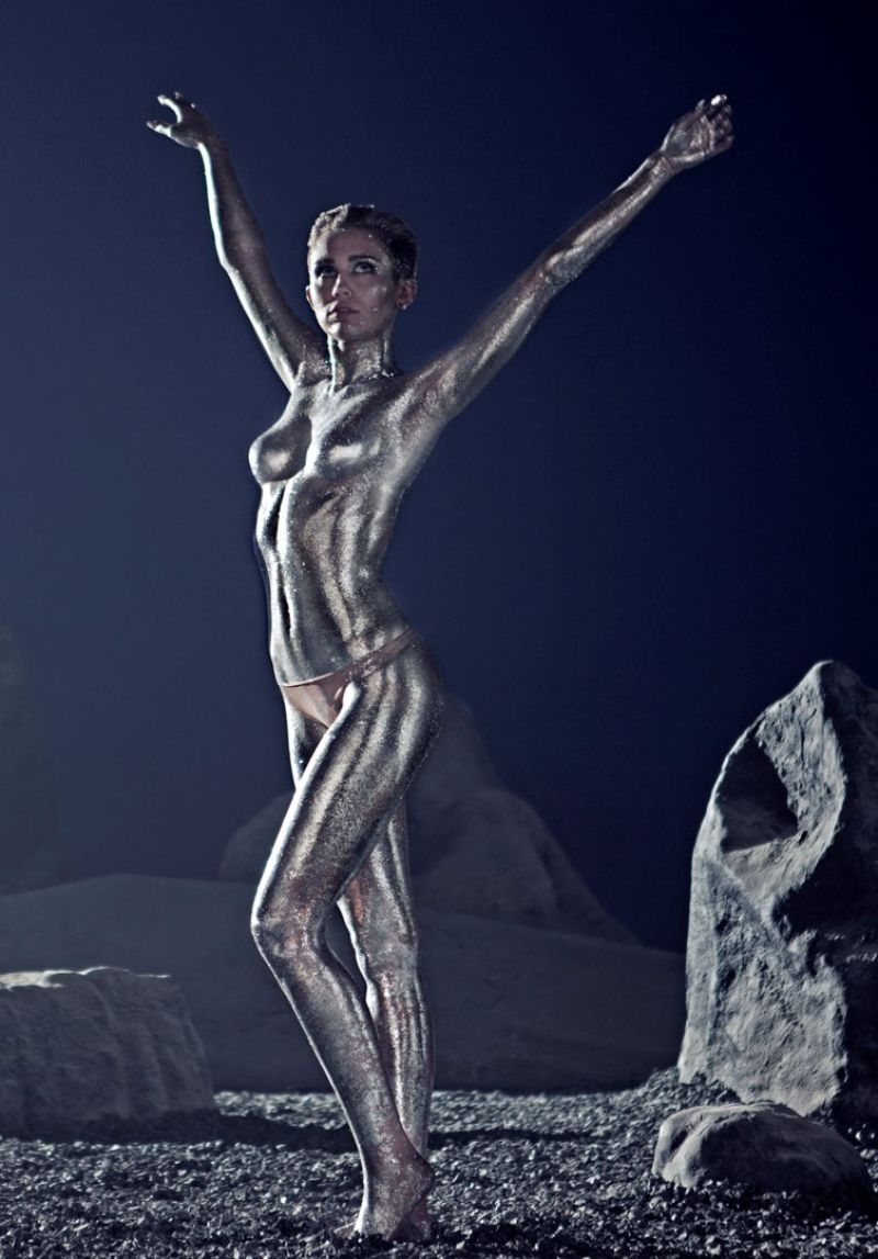 MILEY CYRUS Covered in Silver Body Paint