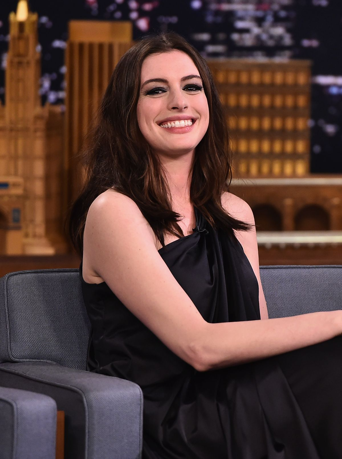 ANNE HATHAWAY at Tonight Show Starring Jimmy Fallon 04/17 ... Anne Hathaway