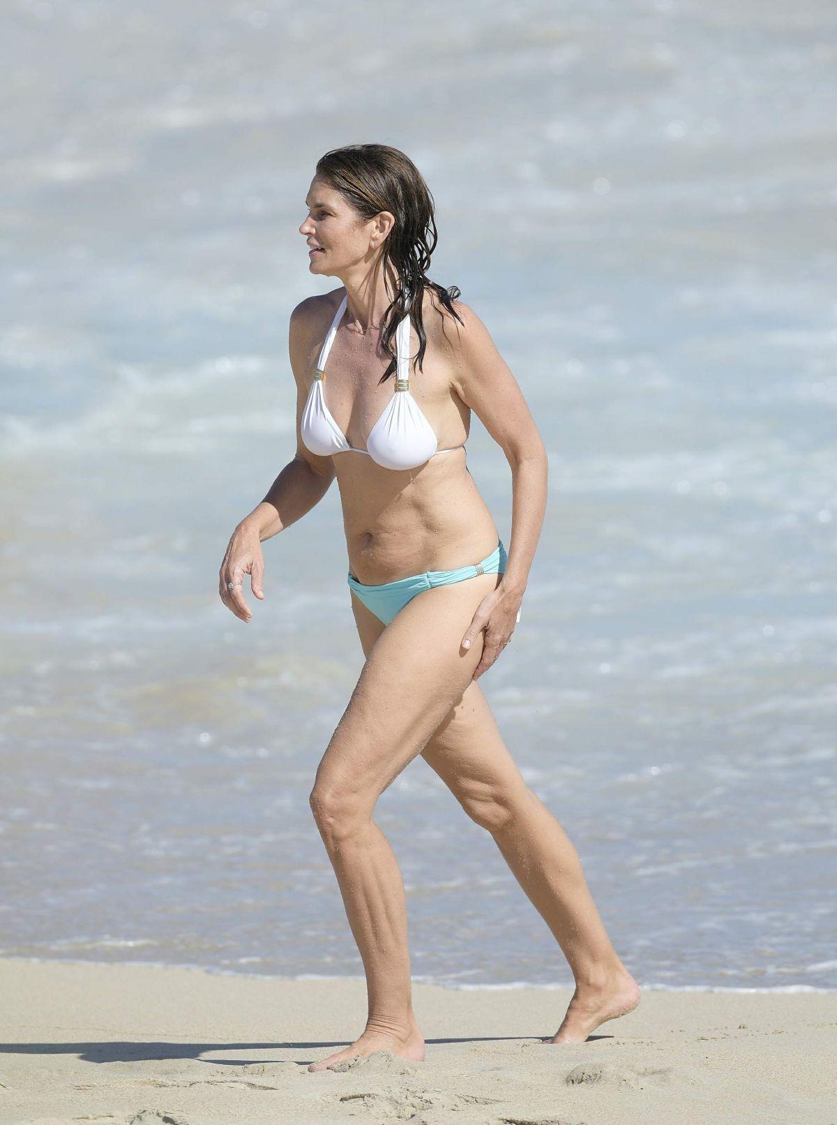 Cindy crawford in bikini at the beach pics 679