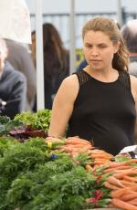 COURTENEY COX Shopping at Los Angeles Farmers Market 04/08/2017