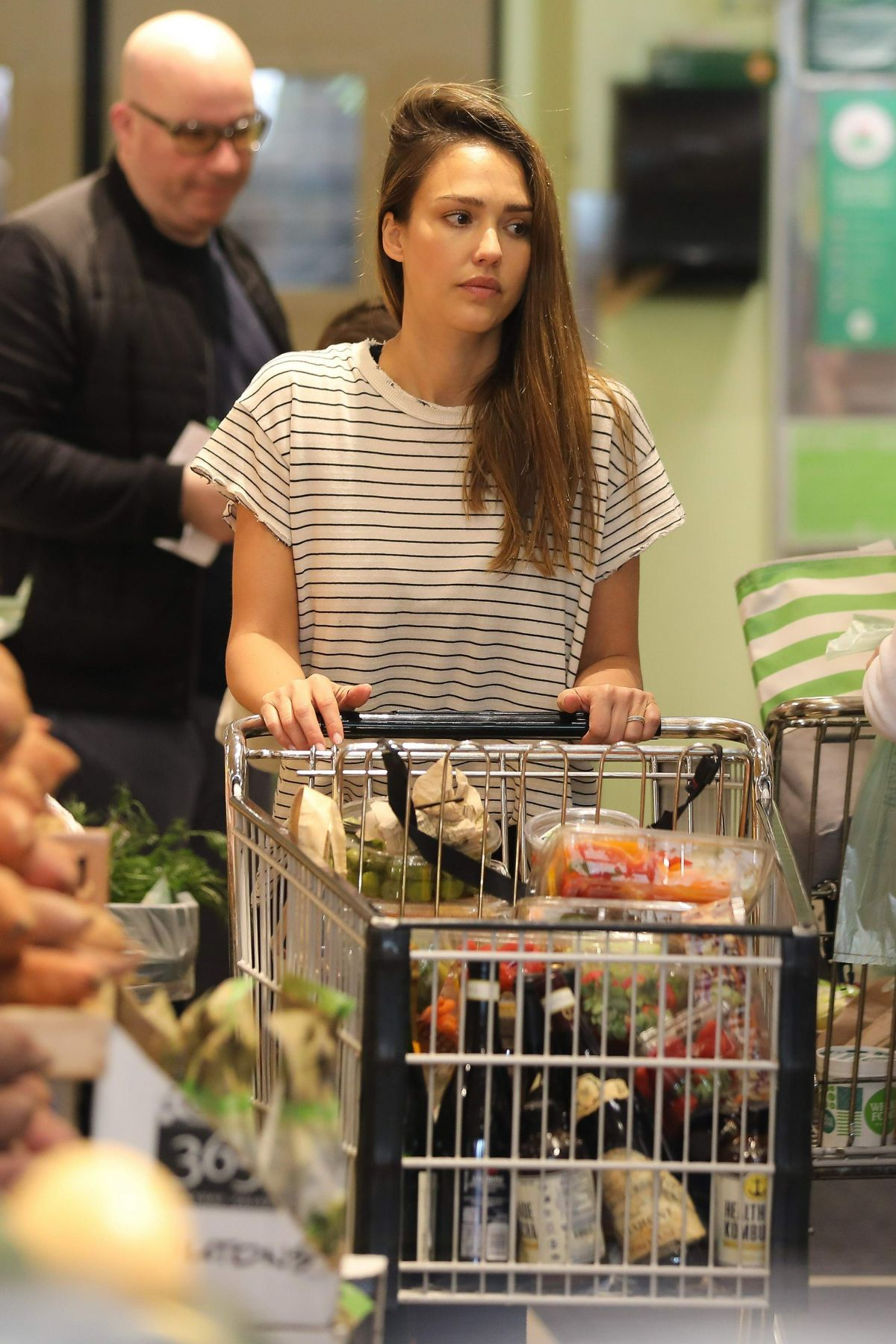 http://www.hawtcelebs.com/wp-content/uploads/2017/04/jessica-alba-shopping-at-whole-foods-in-beverly-hills-04-09-2017_3.jpg