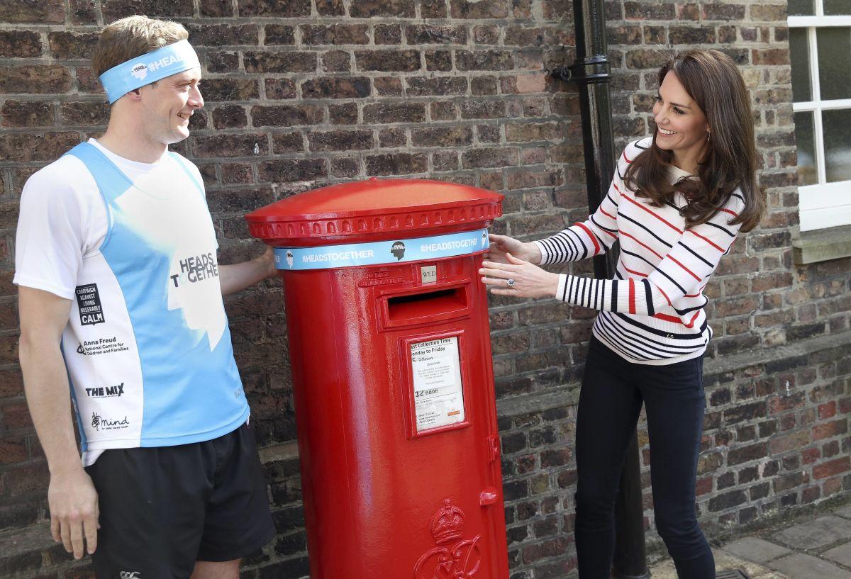 KATE MIDDLETON Decorates Kensington Palace Mailbox in London 04/19/2017