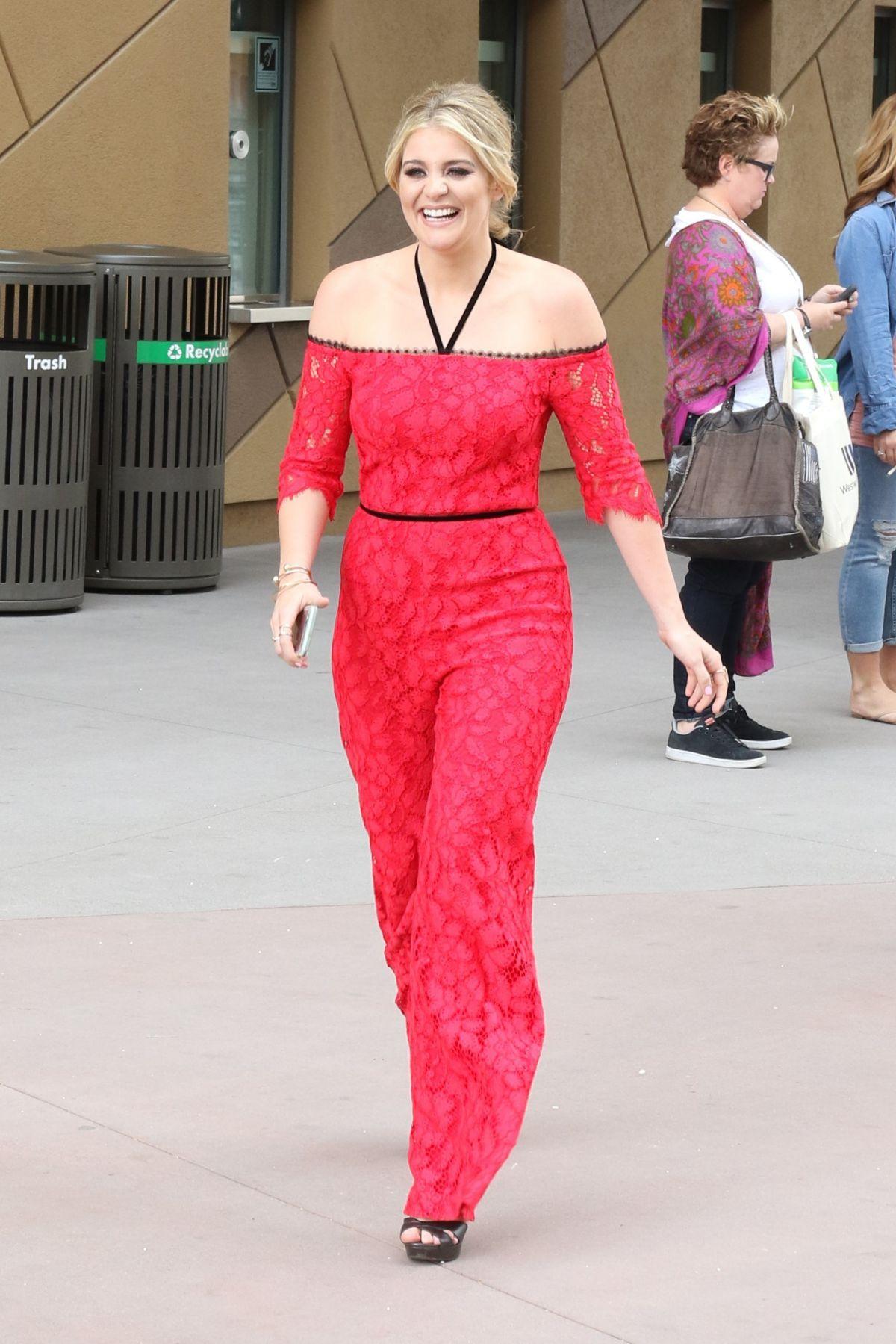 LAUREN ALAINA Arrives at T-Mobile Arena in Las Vegas 03/31/2017