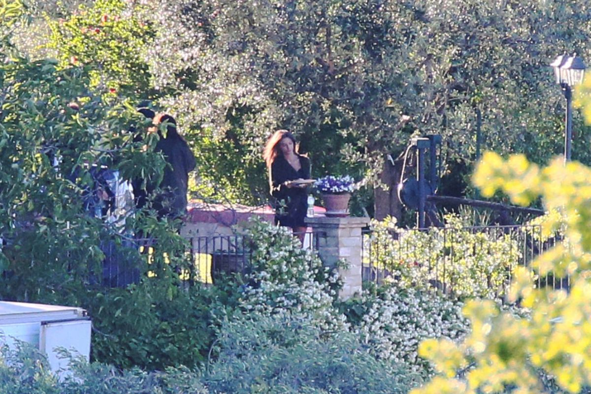 Emily Ratajkowski and Aaron Paul on the set of the Welcome