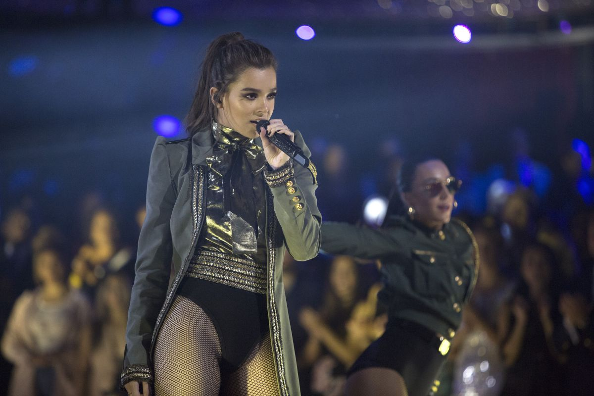 HAILEE STEINFELD Performs at Dancing with the Stars Season 24 Finale 05/23/2017