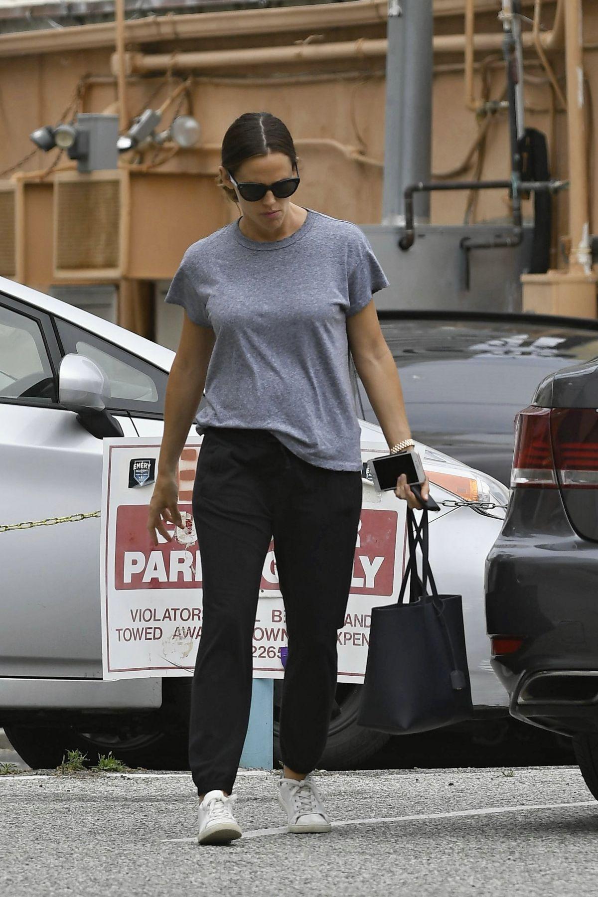 JENNIFER GARNER Out Shopping in Los Angeles 05/05/2017