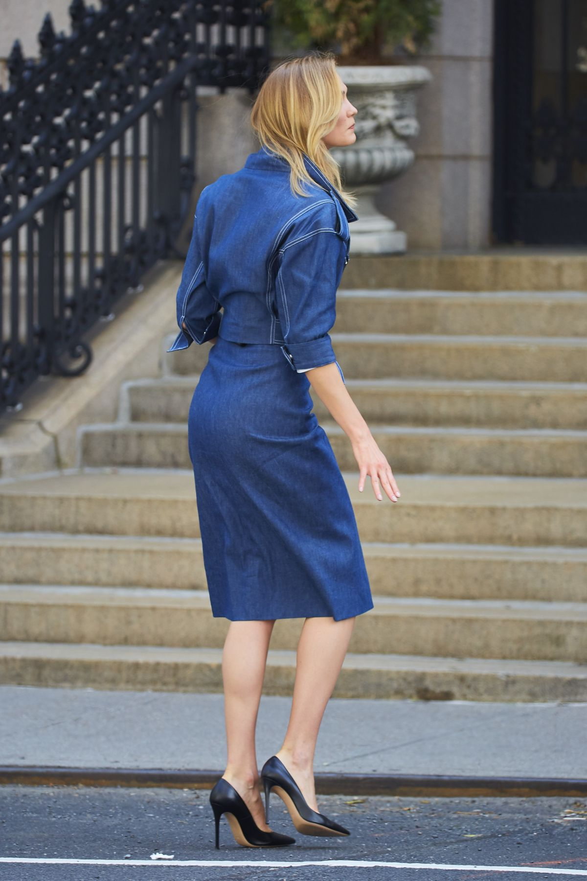 KARLIE KLOSS Hails a Cab Out in New York 05/01/2017 ...